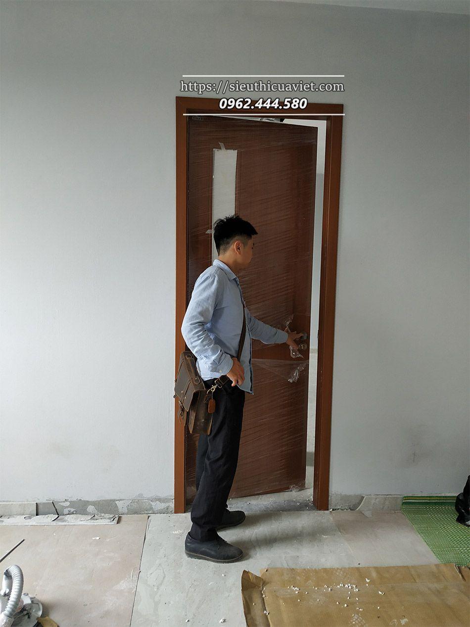 Sau quá trình lắp đặt giám sát ctr lại kiểm tra 1 lần nữa chất lượng cánh cửa để kịp thời xử lý trước khi bàn giao cho chủ đầu tư