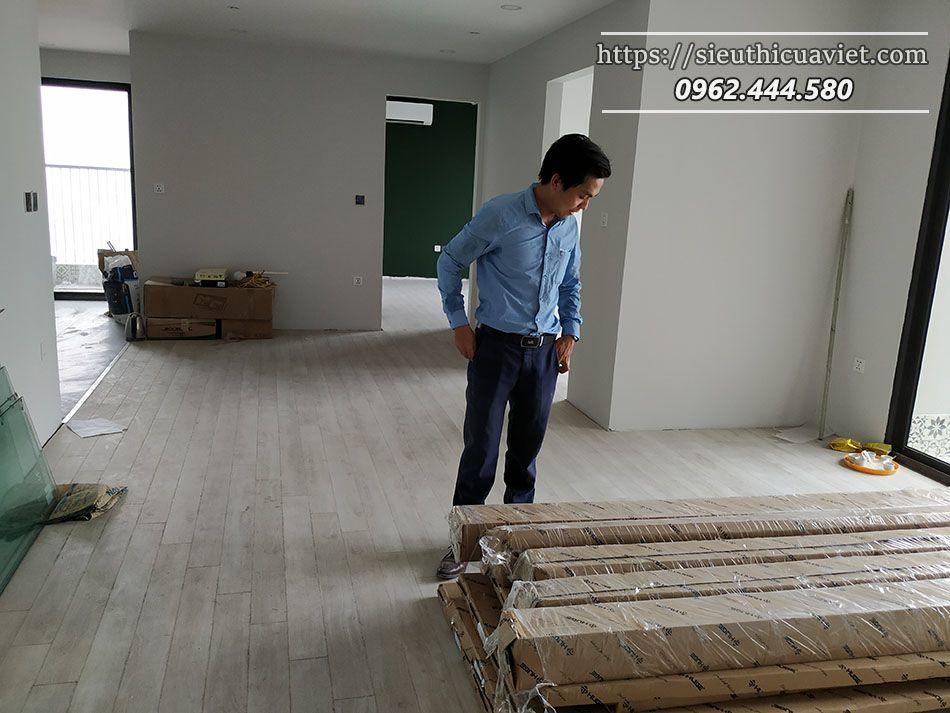 Chuyển cửa lên căn hộ - kiểm tra lại mẫu trước khi lắp đặt