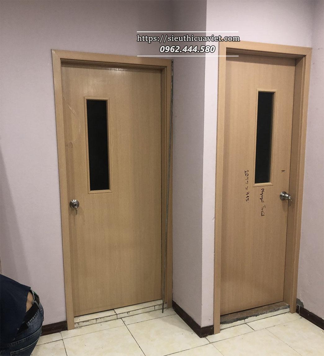 Mẫu cửa gỗ ô kính làm phòng vệ sinh cho chung cư