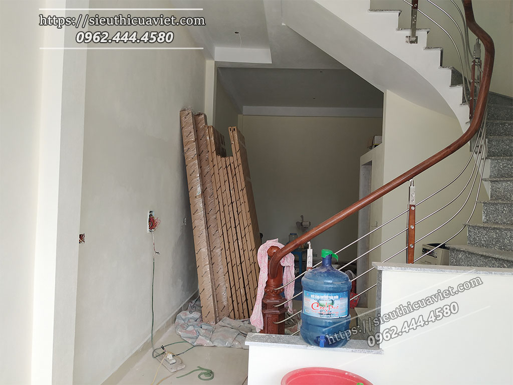 Cửa gỗ được tập kết muộn nhất tại công trình