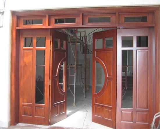 Cửa gỗ 4 cánh đẹp kết hợp ô kính lấy thoáng