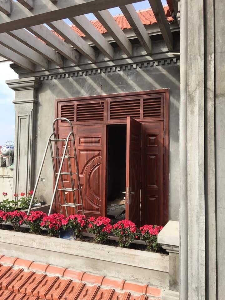 Cửa thép vân gỗ đẹp 4 cánh lắp đặt cho cửa ban công