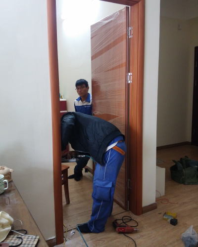 Lắp cửa gỗ công nghiệp Huge