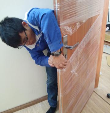 Lắp đặt thi công cửa gỗ công nghiệp