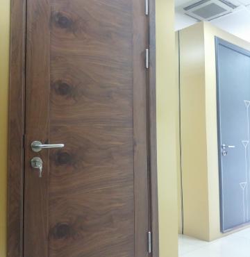 cửa gỗ ghép thanh tự nhiên với bề mặt đẹp từ gỗ óc chó