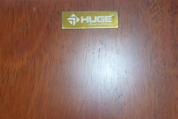 Tem vàng nhận biết sản phẩm cửa gỗ Huge chính hãng từ tập đoàn Austdoor