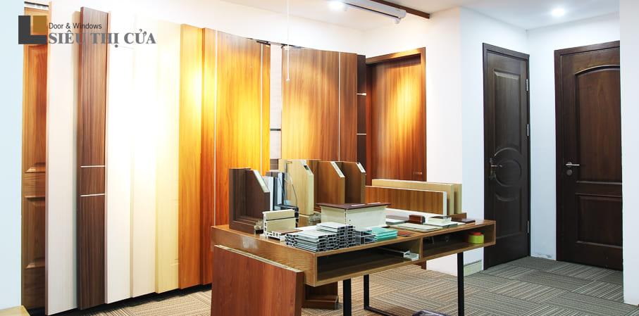 Showroom trưng bày sản phẩm cửa gỗ Huge