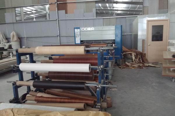 máy hút chân không xử lý bề mặt cửa gỗ công nghiệp