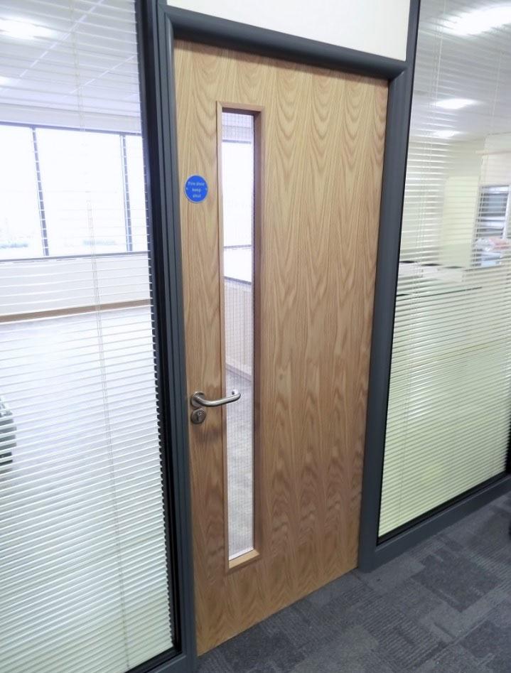 cửa gỗ văn phòng có ô kính dài
