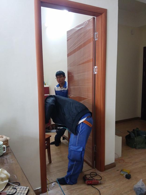 lắp đặt cửa gỗ thông phòng đẹp