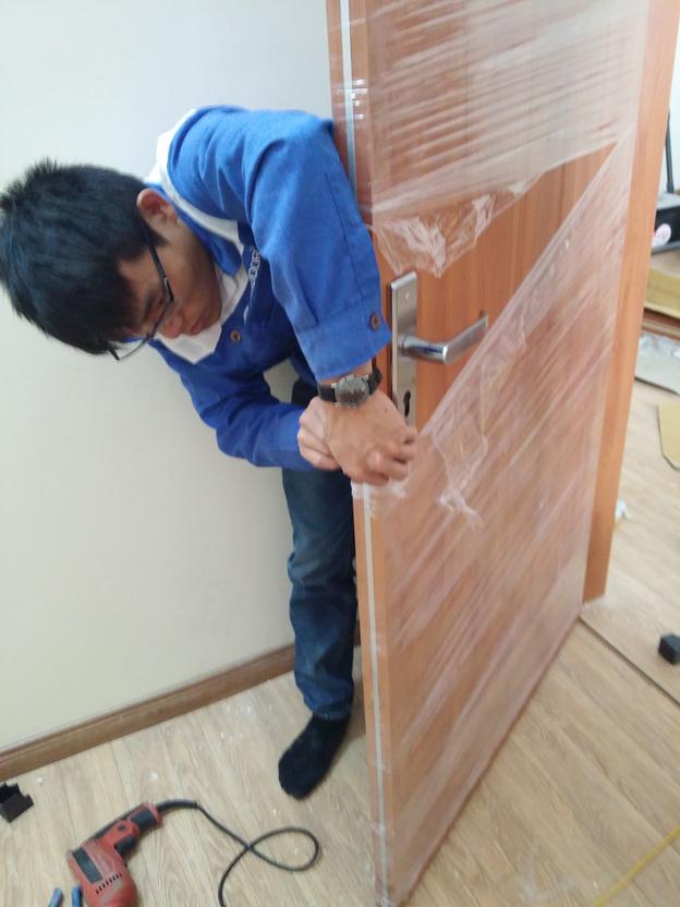lắp khóa cửa gỗ công nghiệp