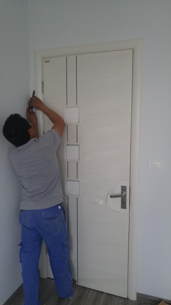 Thợ lắp đặt cửa gỗ công nghiệp