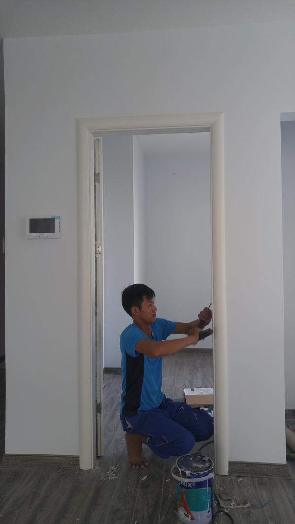 Thợ lắp đặt lắp đặt khóa cửa gỗ