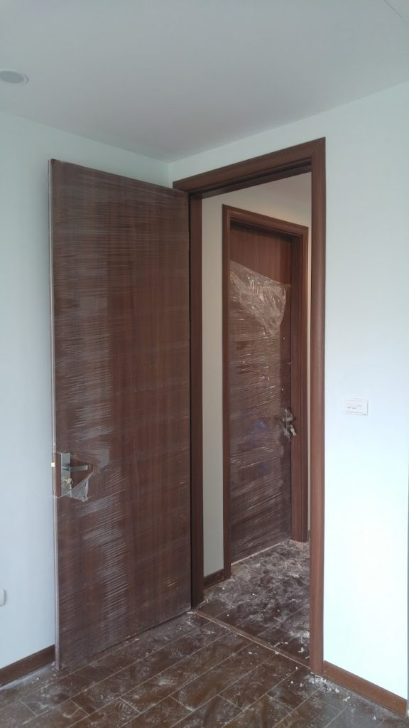 Mẫu cửa gỗ đơn giản phẳng màu vân gỗ nâu sáng