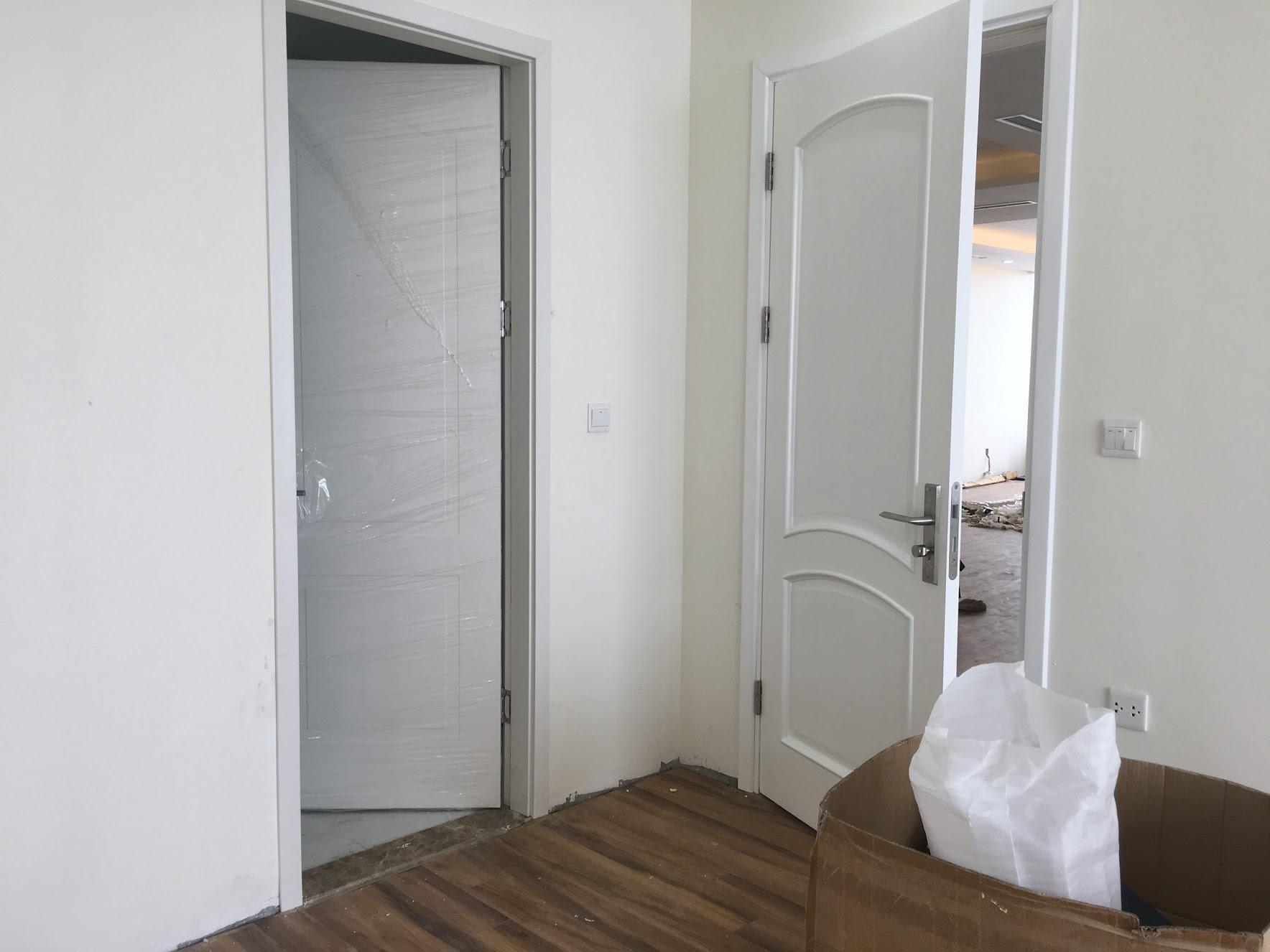 Cửa gỗ nhà vệ sinh tông màu vân gỗ trắng