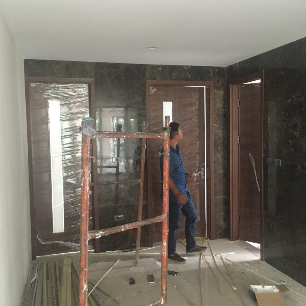 Các bộ cửa gỗ dọc hành lang với thiết kế sử dụng kính mờ lấy sáng giúp cho cửa vẫn đơn giản mà mang lại hiệu quả ánh sáng cao