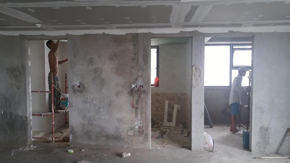 Căn hộ chung cư lắp đặt cửa gỗ Huge