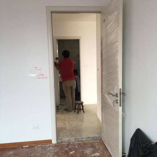 thợ kỹ thuật thi công lắp đặt cửa gỗ