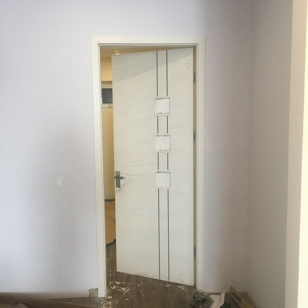 cửa gỗ chụ nước Huge có ô kính mờ