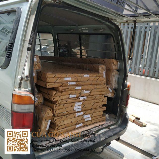 Cửa gỗ Huge được bọc cẩn thận khi chuyển tới công trình