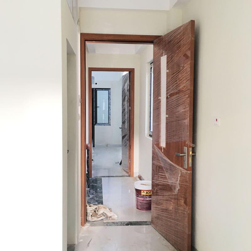 Mẫu cửa gỗ đẹp lắp đặt cho chung cư mini