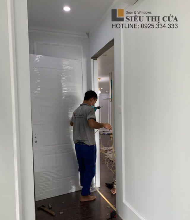 Lắp đặt cửa gỗ sơn trắng